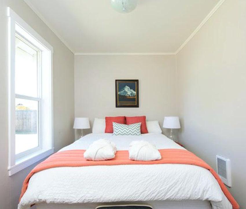 kamar tidur dengan warna yang cerah atau pastel